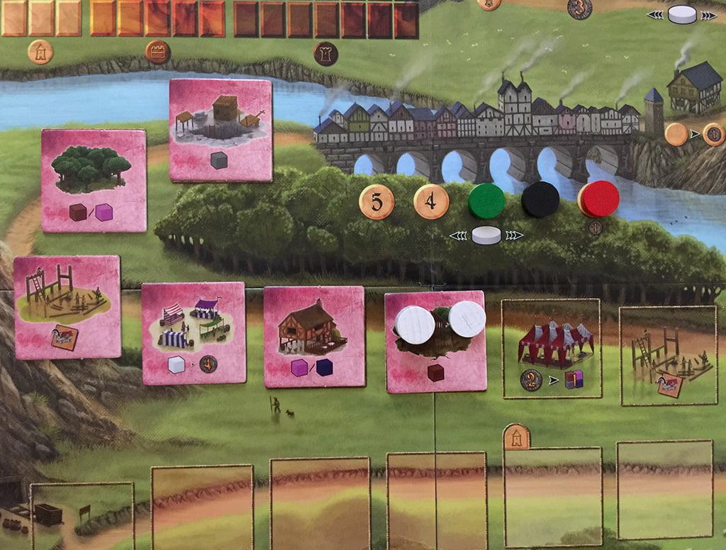 """le tessere iniziali (rosa). Da notare che la terza permette di costruire una tessera """"edificio di legno"""", così come la seconda casella dopo quelle rosa"""