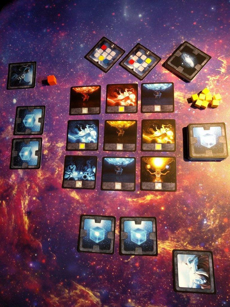 Setup per due giocatori. Ci si può posizionare su un qualsiasi lato del Cubo Cosmico.