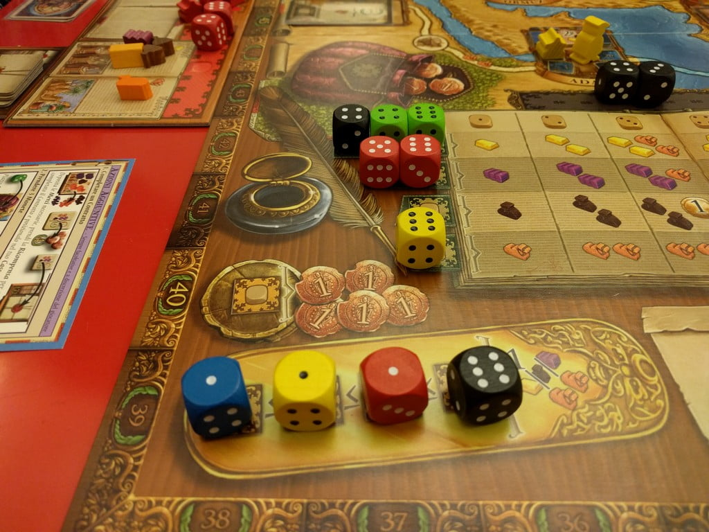 Al crescere del numero dei giocatori la contesa per le azioni diventa più evidente; il dado nero essendo di un colore diverso può permettere di svolgere un'azione due volte nello stesso round.