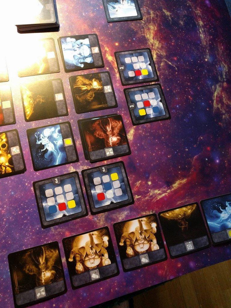 A volte ha perfettamente senso usare una carta per mettere in difficoltà un avversario: la carta di Loki in basso a destra scombina i piani e ruba anche una carta al rivale!