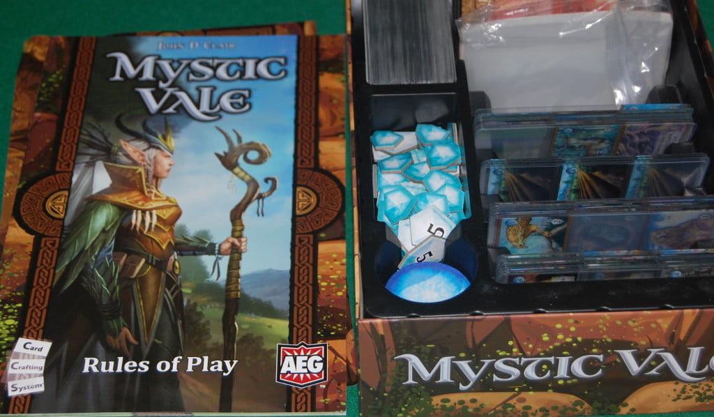 Aprendo la scatola, è facile intuire che ci troviamo di fronte ad un card game. Niente mappa e.. spazio per le espansioni.