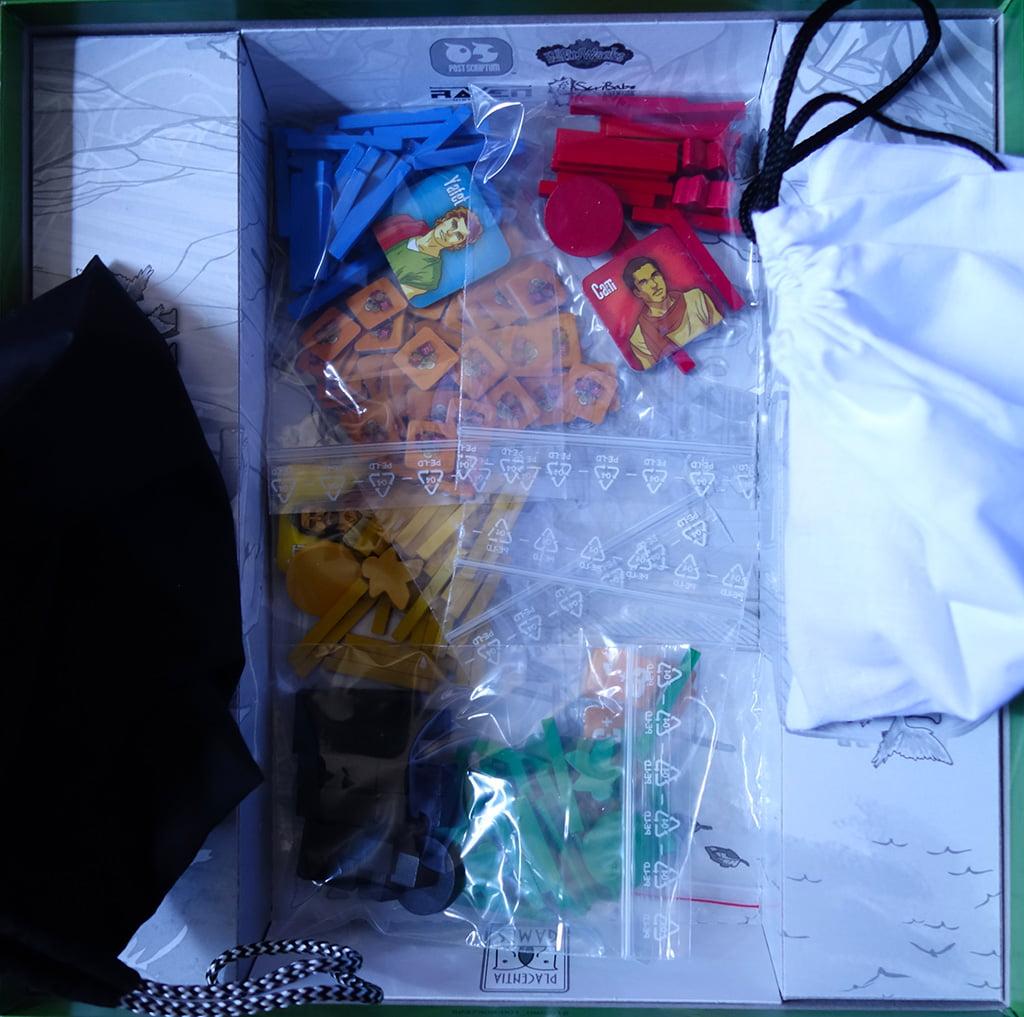 I materiali all'interno della confezione: notate i due sacchetti di stoffa che contengono le tessere degli animali.