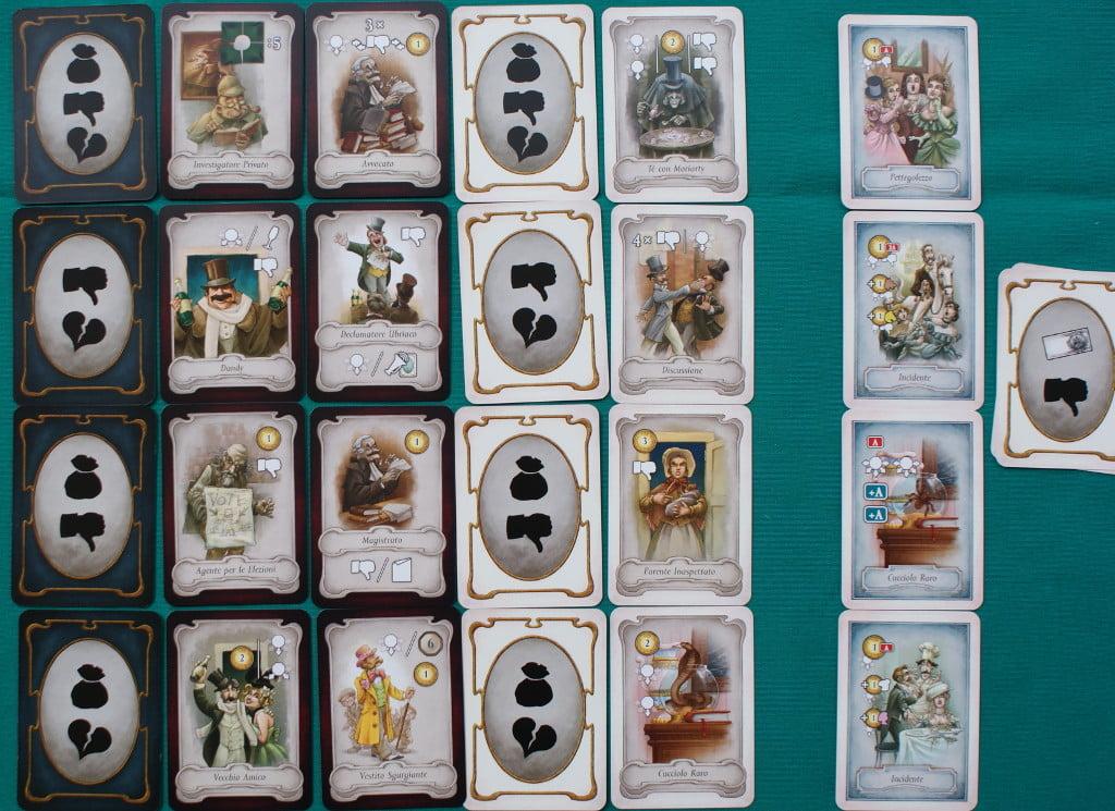 Le carte: nella foto vediamo a mo' di esempio le carte che andranno nella plancia centrale, ma ogni competizione ha le sue, caratterizzate da un diverso simbolo sul dorso