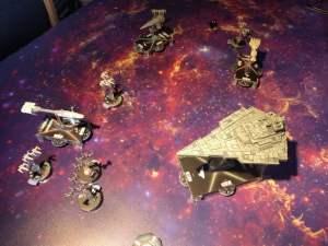"""Inizia la battaglia; la superficie di gioco è acquistabile separatamente e non fa parte della """"linea"""" di prodotti Star Wars della GU"""