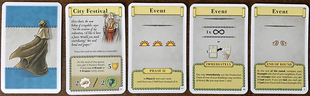 Il dorso (a sinistra) e 4 esempi (a destra) di carte evento. Notate il piccolo numero stampato nell'angolo in basso a destra: sarà la scelta del Capitolo da giocare che determinerà quali usare e quali no.