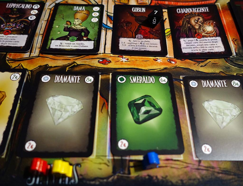 Il giocatore blu ha deciso di sfidare il goblin: poiché ha ottenuto un 7 con il dado, ha sconfitto il mostro e ottiene il suo tesoro (uno smeraldo).