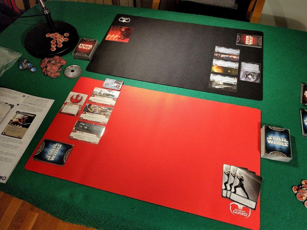 L'inizio di una partita; ogni giocatore ha scelto i tre obiettivi iniziali e ha pescato una mano di 6 carte.