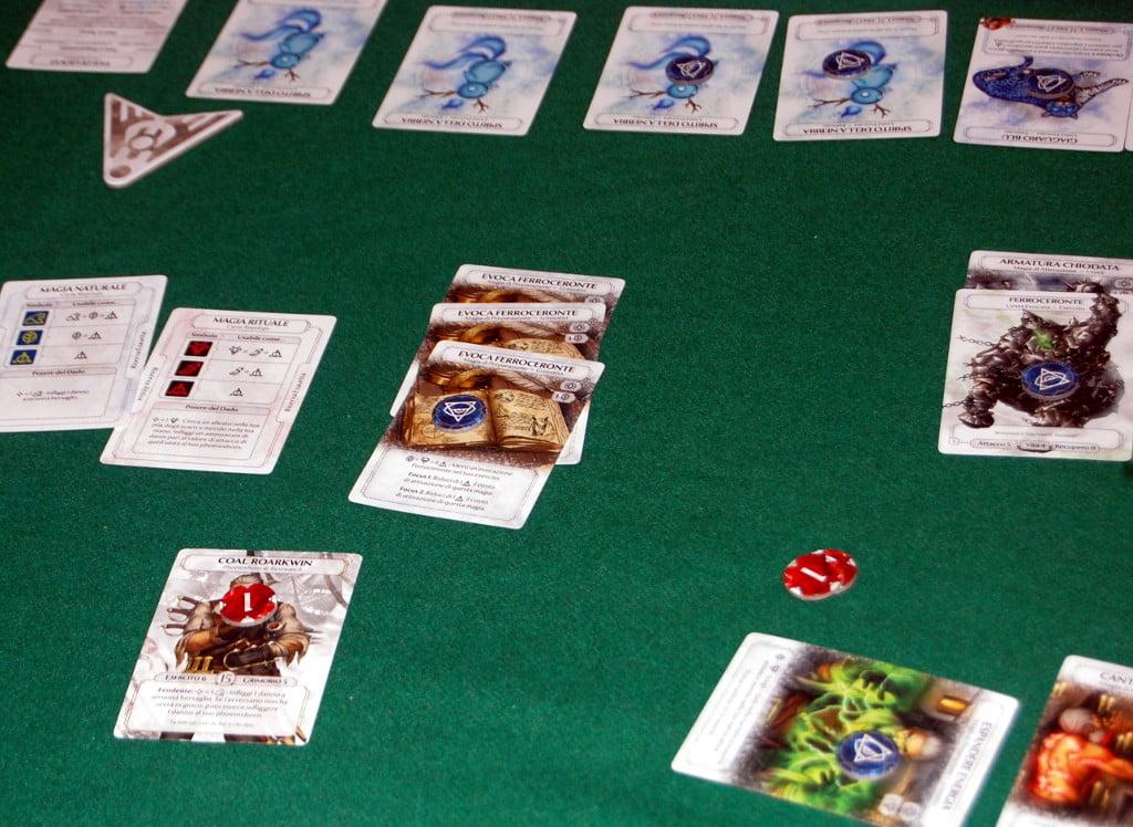 """I focus: alcune carte permettono di essere impilate con altre carte uguali. Questo permette di fare l''azione in modo più performante ma al contempo si perde l'opprtunità di fare 2 volte la stessa azione: se si opta per il """"focus"""" tutte le carte si esauriscono contemporaneamente."""
