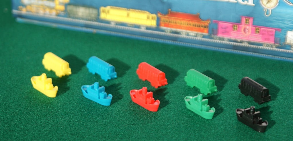 Le miniature di vagoni e navi da usare nel gioco