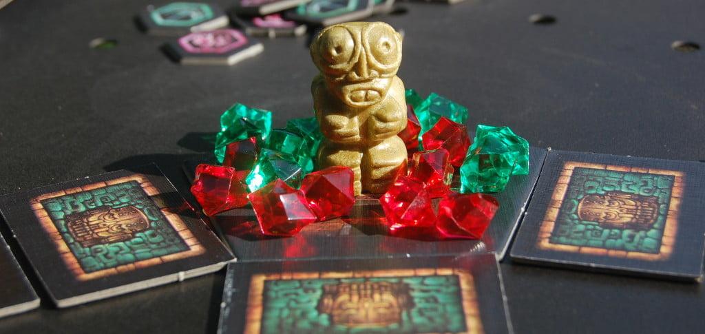 Idolo d'oro e gemme preziose