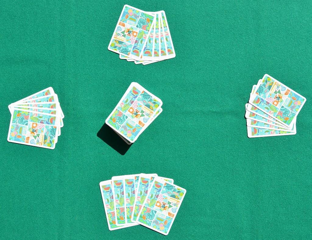Il tavolo predisposto per una partita con quattro giocatori