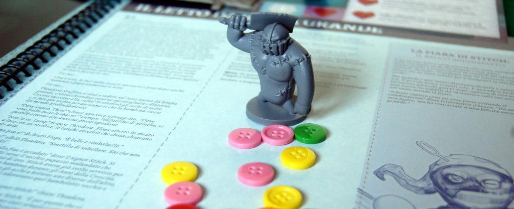 Un mostro e le pedine bottoni
