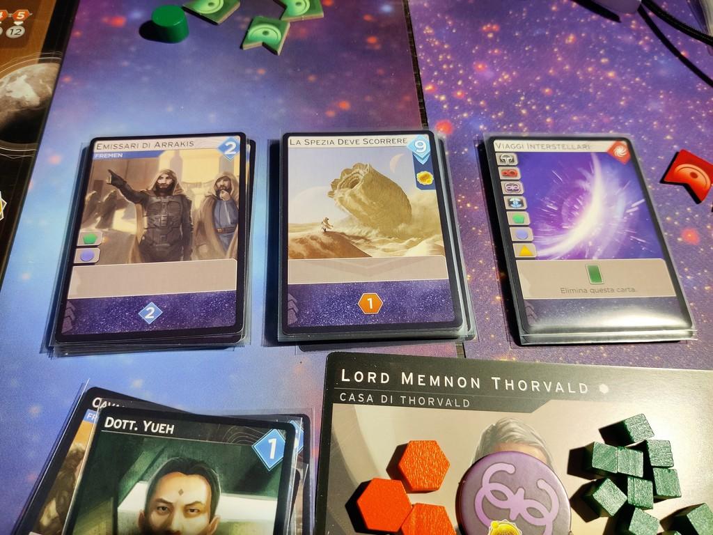 """Le tre carte sempre """"acquistabili""""; quella più a destra, Viaggi Interstellari, si ottiene solo da un luogo della fazione Gilda Spaziale."""