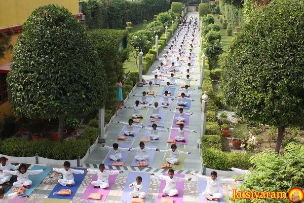 Ein neues Projekt: Neue Yoga-Anzüge und Yogamatten für die Kinder! – 19 Aug 13
