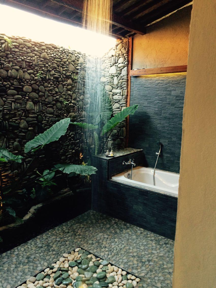 Bagno aperto con doccia centrale a soffitto