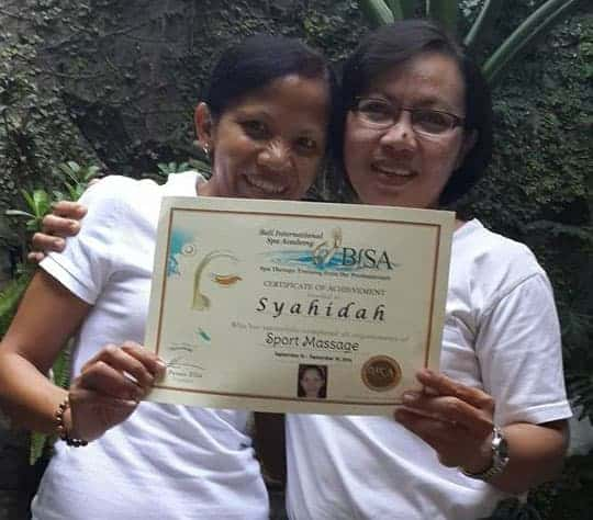 Sya Hidah with certificate at BISA Massage School