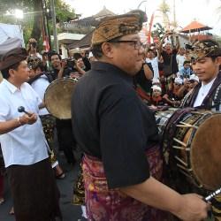 Walikota Rai Mantra bersama Menkop UKM RI Puspayoga, Wakil Walikota I GN Jaya Negara membuka Festival Puputan Badung Tainsiat dan Mahabandana Prasada Kota Denpasar dengan ditandai pemukulan kendang, Selasa (20/9) di Catuspata Banjar Tainsiat.