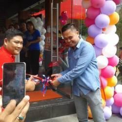 Owner Celebrity Celluler Putu Arimbawa menggunting pita tanda mulai beroperasinya Celebrity Cellluler yang berlokasi di Jalan Sudirman Amlapura, Sabtu lalu.