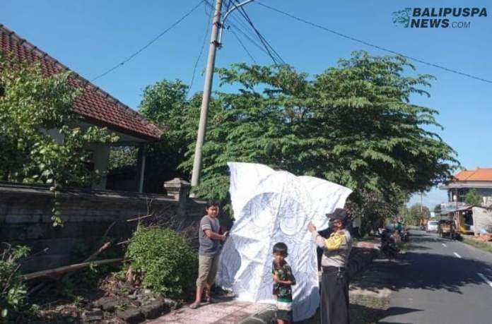Polisi turun melakukan pembinaan terhadap masyarakat utamanya anak anak untuk tidak sembarangan bermain layang-layang