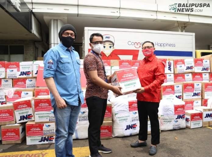 VP Corporate Communications Denny Abidin secara simbolis menyerahkan donasi diterima oleh perwakilan tenaga medis yang di dampingi CEO BenihBaik Andy F Noya di Jakarta.