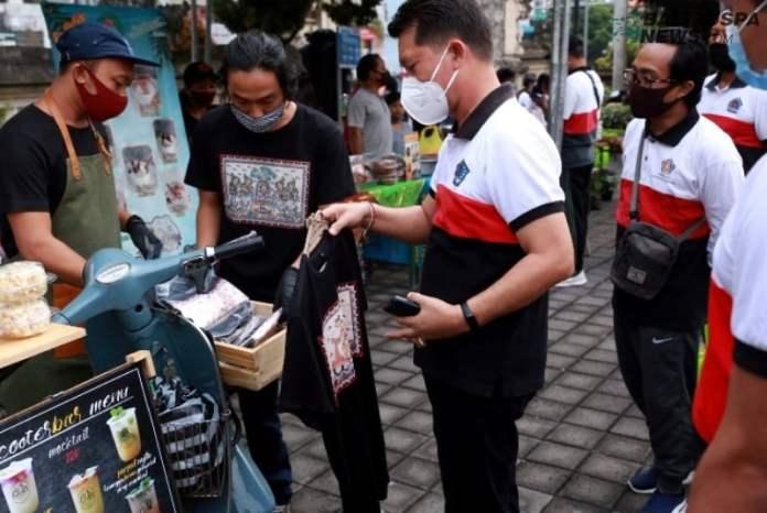 Bupati Suwirta Launching Pasar Gotong Royong Krama Bali di area parkir Pura Jagatnatha.