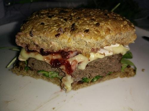 Hirsch Burger mit Preiselbeer Majonäse und Camembert
