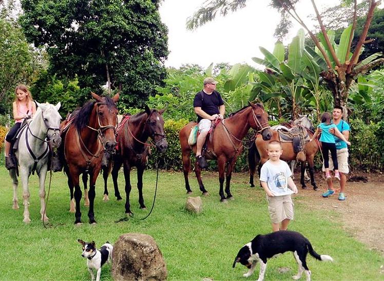 Lalo Tours, cabalgatas en Ojochal, horseback riding, lalo tours ojochal, ballenatales, costaballenalovers