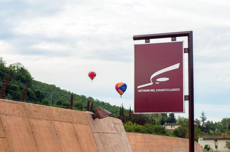Fliegen über den berühmtesten Weingüter der Welt, den neuen Antinori Weinkeller , über die Weinberge, die die Struktur italienischen architektonischen Spitzenleistungen decken