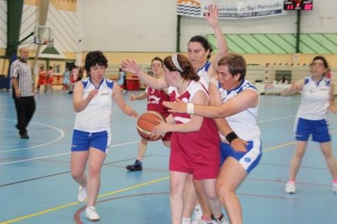 Una jugadora del CD San Cebrián rodeada de contrarios. Foto FECLEDMI