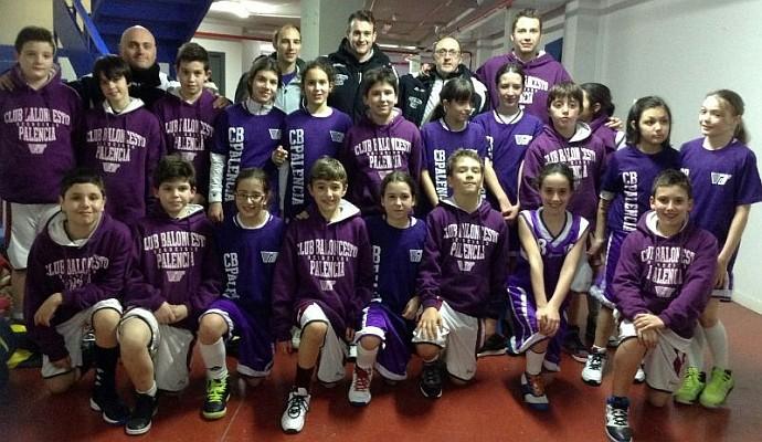 Foto de los niños y niñas del CB Palencia que jugaron el Fanatic en Olmedo junto a sus entrenadores. Imagen CB Palencia