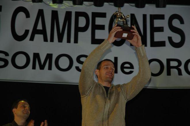 Carles Bravo el día de la celebración del ascenso, recibiendo el Trofeo Basket Morao, el primer ganador