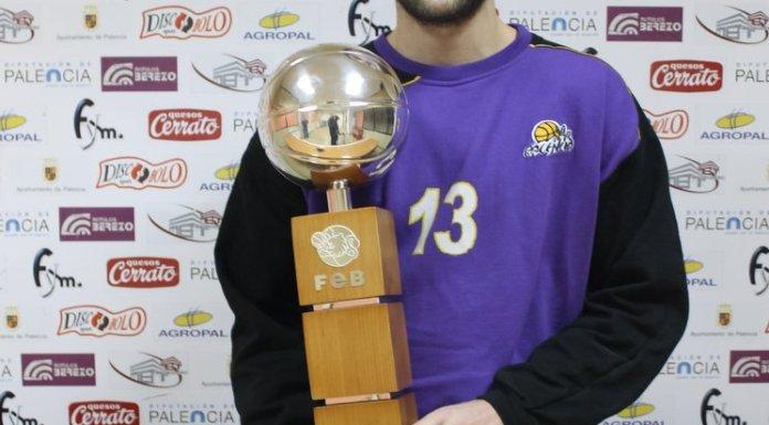 Xavi posa con el trofeo de la Copa Príncipe durante la entrevista