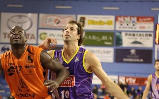 Fakuade luchando con Urko por el rebote en el encuentro de ida de la pasada temporada