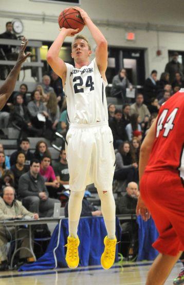 Hunter en un lanzamiento, su gran especialidad. Imagen Middelbury http://athletics.middlebury.edu/