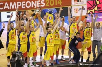 Pablo Sánchez levanta la Copa Príncipe 2014 que ganó ante Quesos Cerrato Palencia