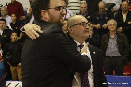Tino Ugidos se abraza a Sergio García en la celebración del campeonato de LEB Oro