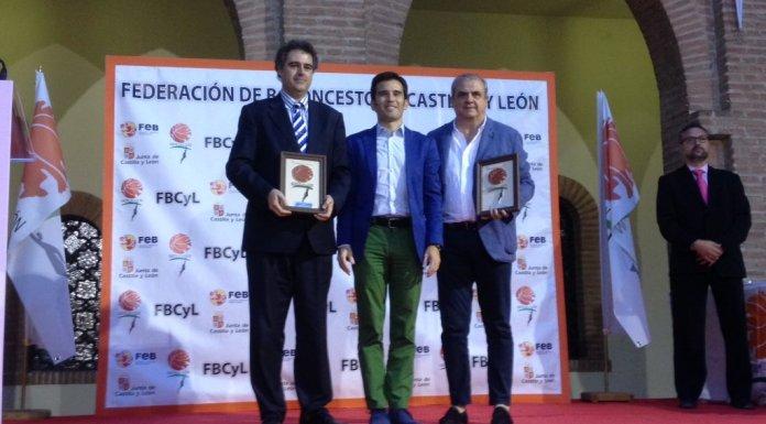Gonzalo Ibañez recibe el galardón a mejor club junto a Perfumerías Avenida. Foto FBCyL