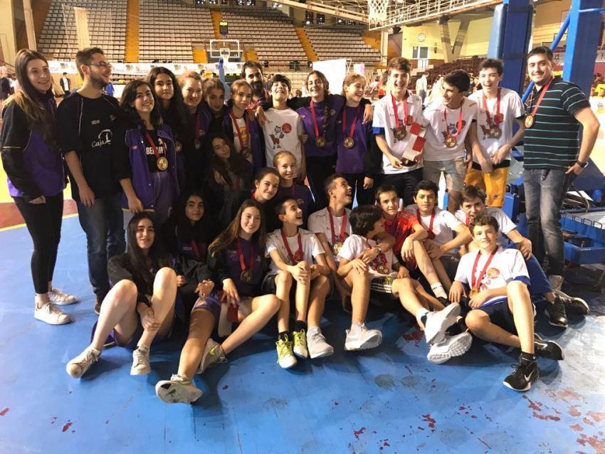 Filipenses celebrando el tercer puesto junto a las chicas de Maristas. Foto Filipenses