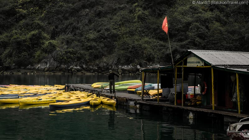 Kayak vendor, Ha Long Bay (Vietnam)