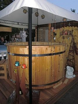 Rustikale Badezuber aus Holz fr den Garten als