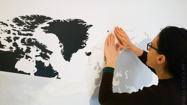 applicazione adesivo a muro