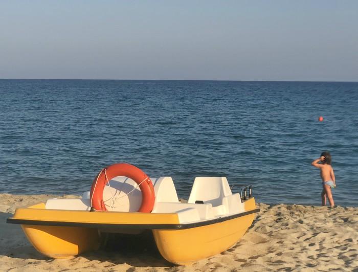 bambina in spiaggia marina del marchese