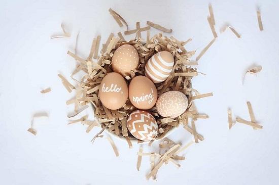 Decorare le uova con i colori a tempera
