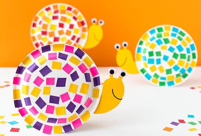 Riciclare piatti di carta, realizzare delle lumache colorate