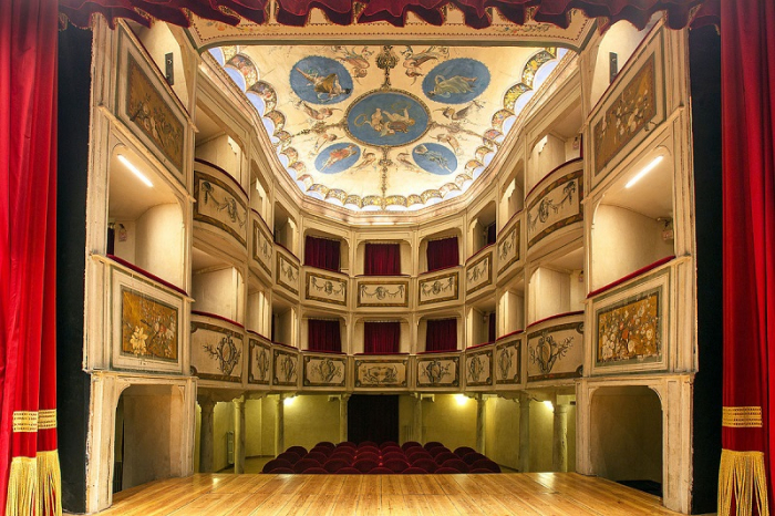 Il teatro più piccolo del mondo si trova in Umbria e conta appena 99 posti tra platea e balconata