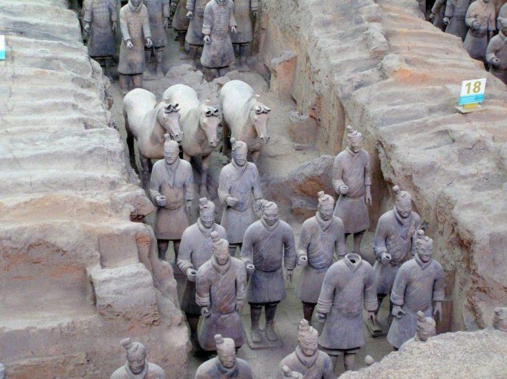 Terrakotta-Armee restaurierte Krieger in den Gräben