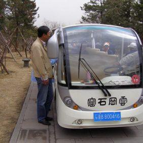 Der Reiseleiter organisiert genügend Platz in den Elektro-Minibussen bei den Yungang-Grotten