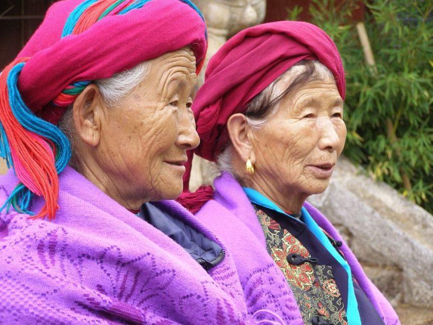 Frauen der Minderheit der Naxi