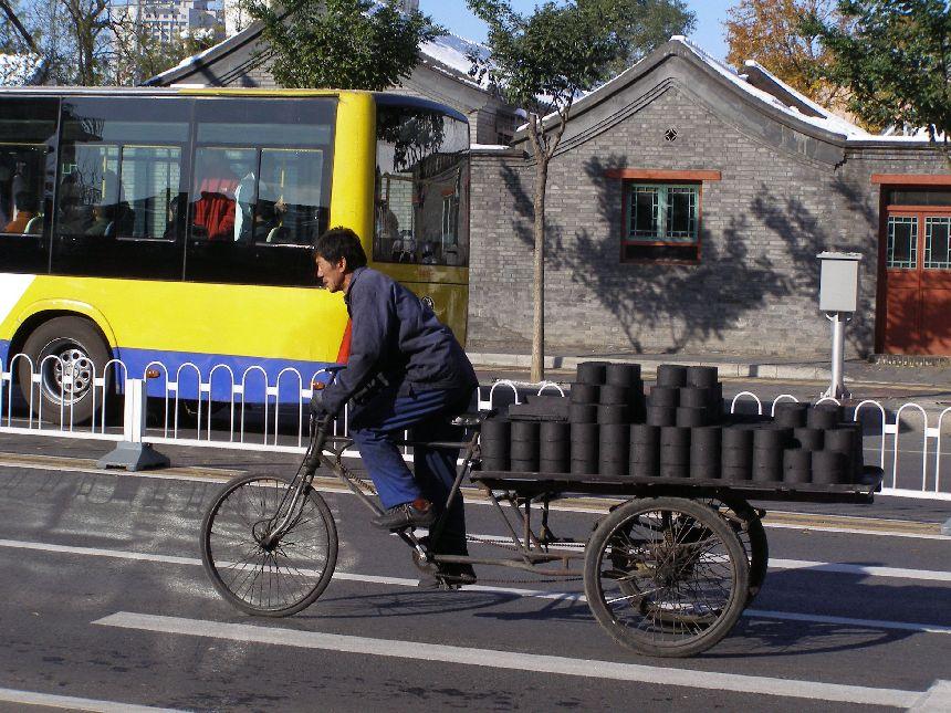 Fahrradtransporter mit Kohlestaubbriketts 2009
