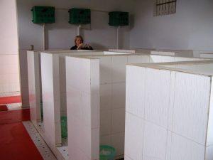 Öffentliche Toilette irgendwo unterwegs. Die in Hongkong war sauberer, aber die Mäuerchen waren niedriger.
